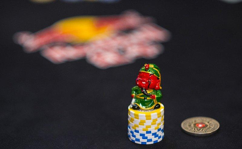 Pelindung kartu keberuntungan di tumpukan kartu