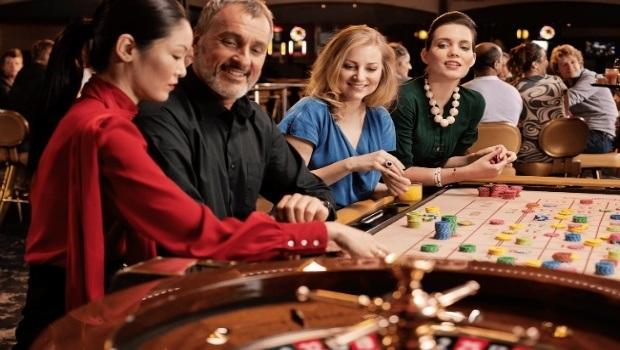 Gamblers distracting a casino dealer