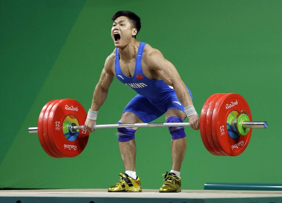 An image of Lu Xiaojun during a lift in a competitive event