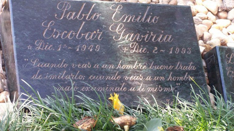 An image of Pablo Escobar's headstone