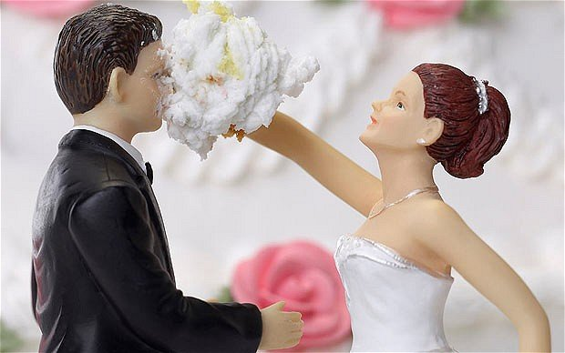 A wedding cake showing discontent between newly weds