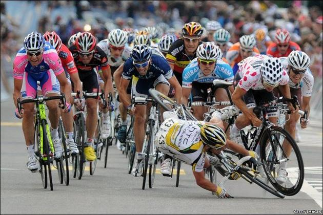 cyclists crash in the tour de france