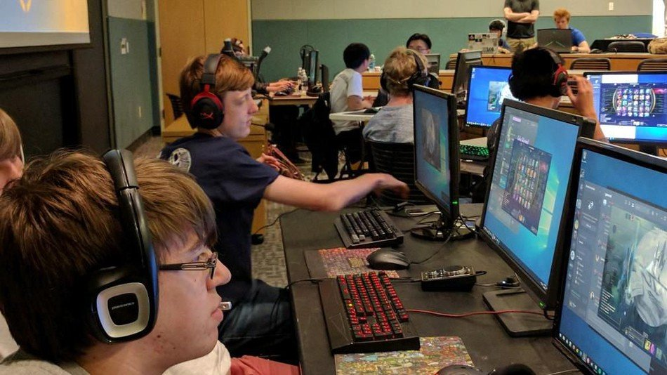 eSports high school students competing