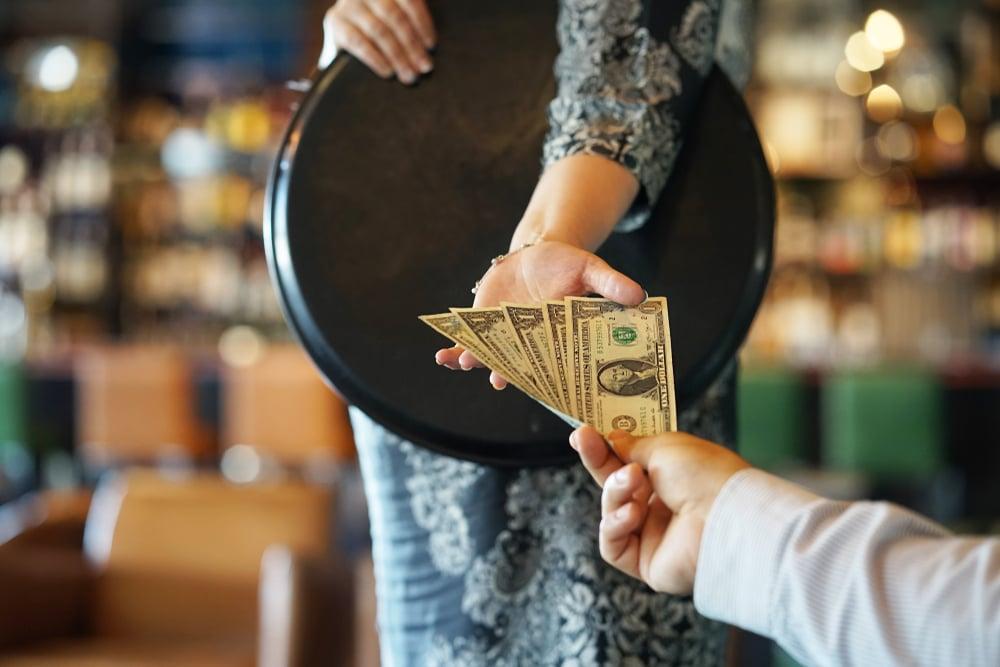 seorang pelayan menerima tip