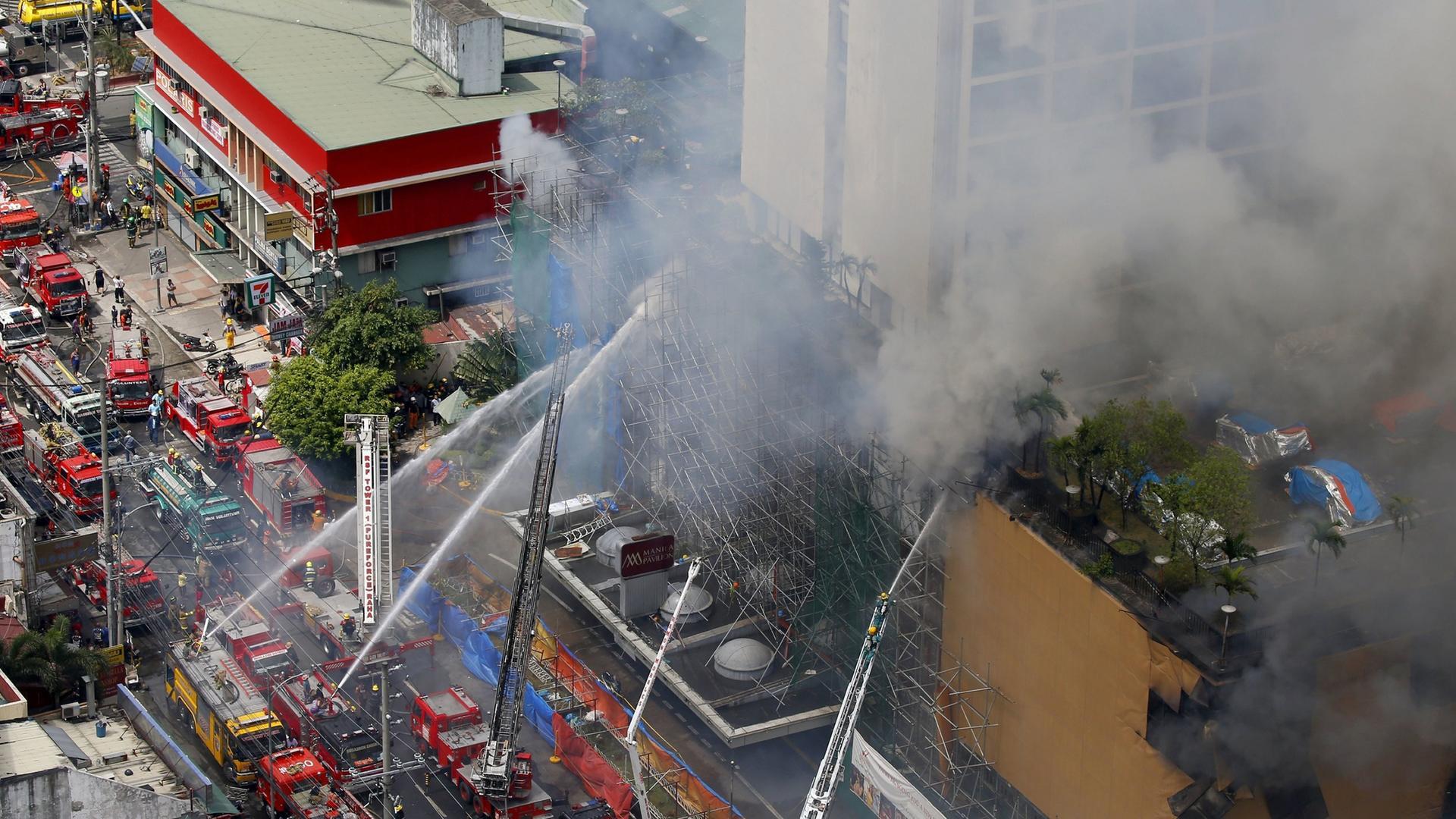 Die Feuerwehr versucht den Casino-Brand in Manila zu löschen