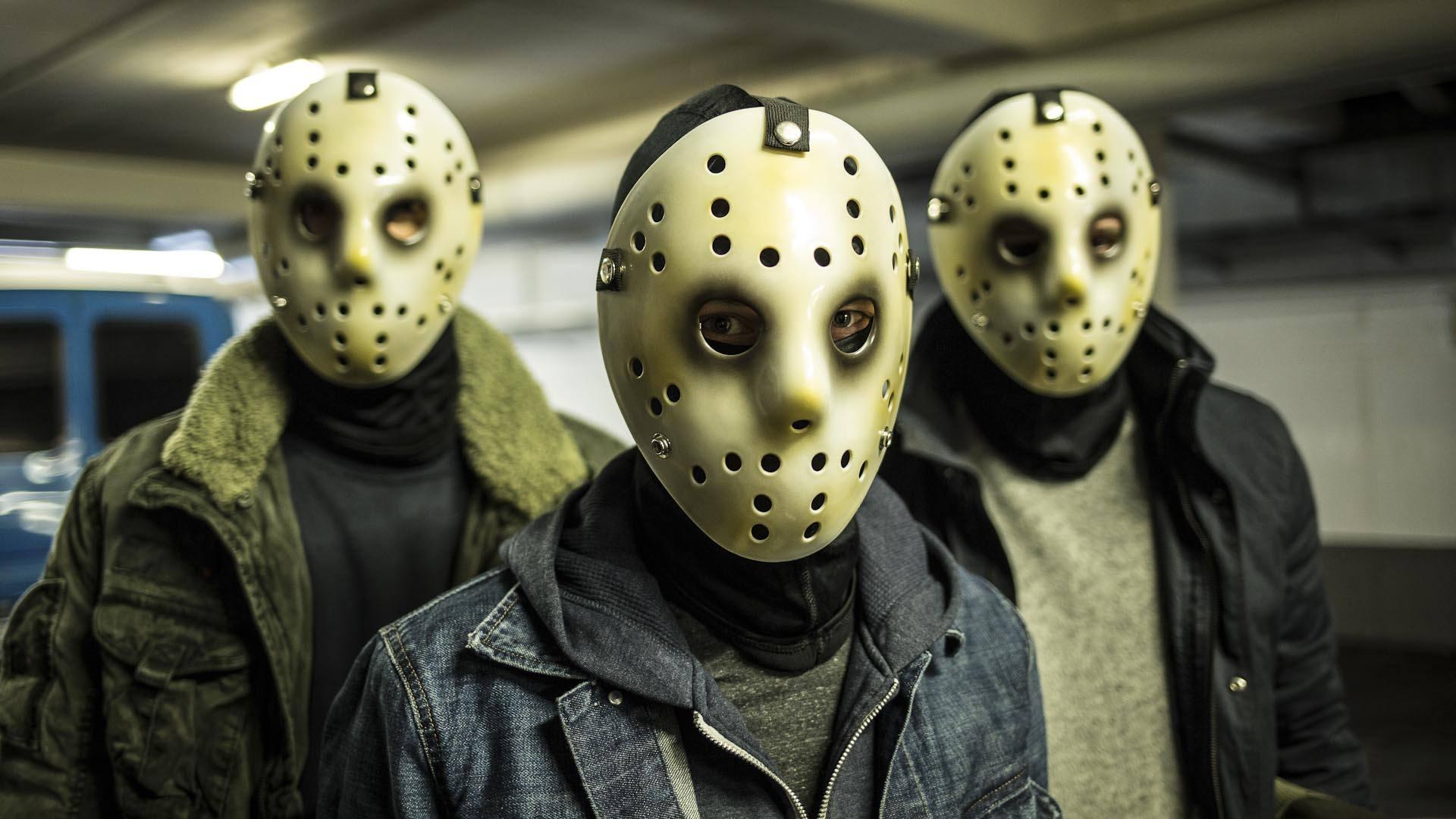 Maskierte Männer vor einem Verbrechen