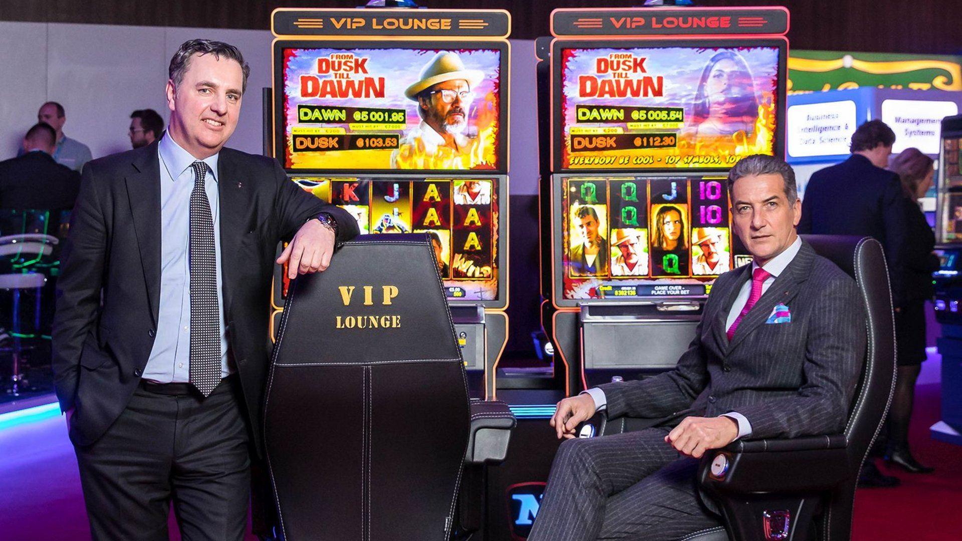 Thomas Graf und Harad Neumann von Novomatic vor Spielautomaten