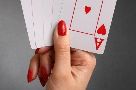 weibliche Pokerhand mit Royal Flush