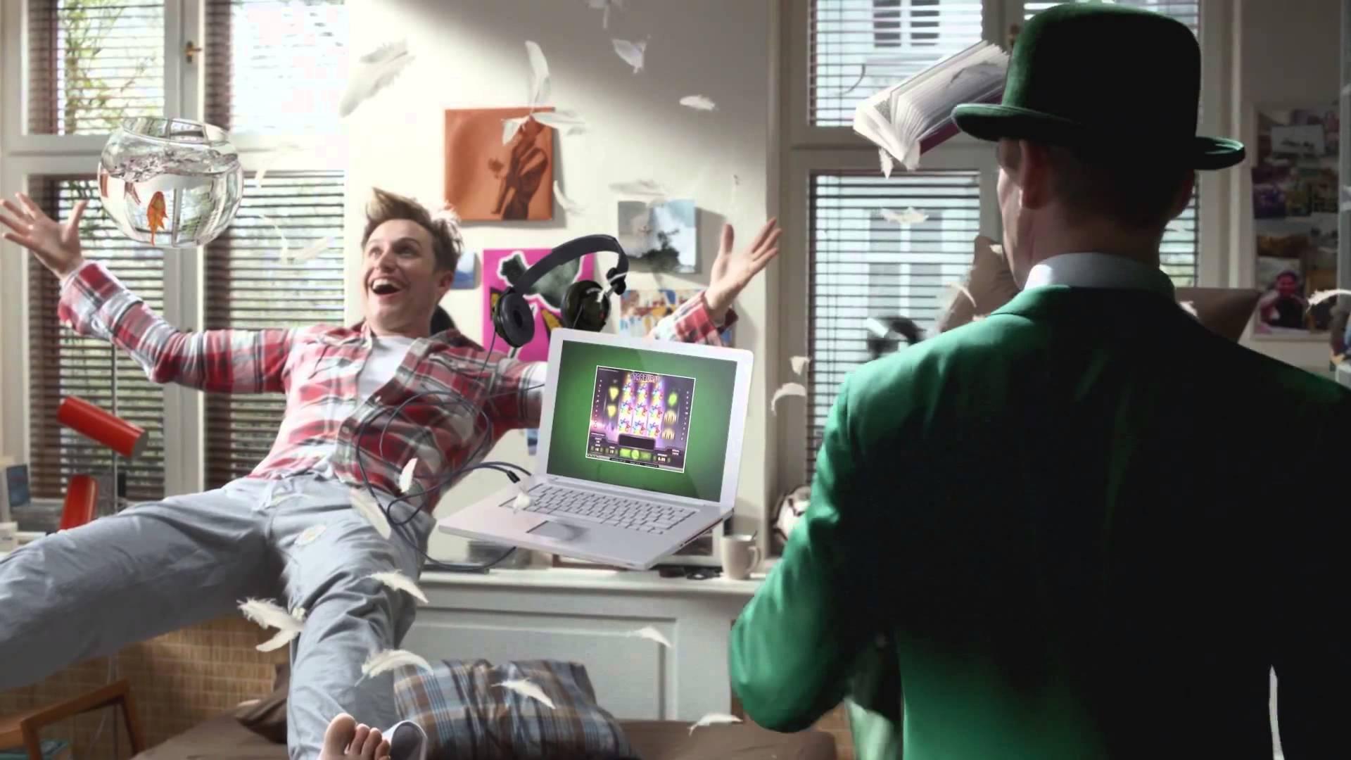 Mr Green und ein Spieler spielen im Online Casino
