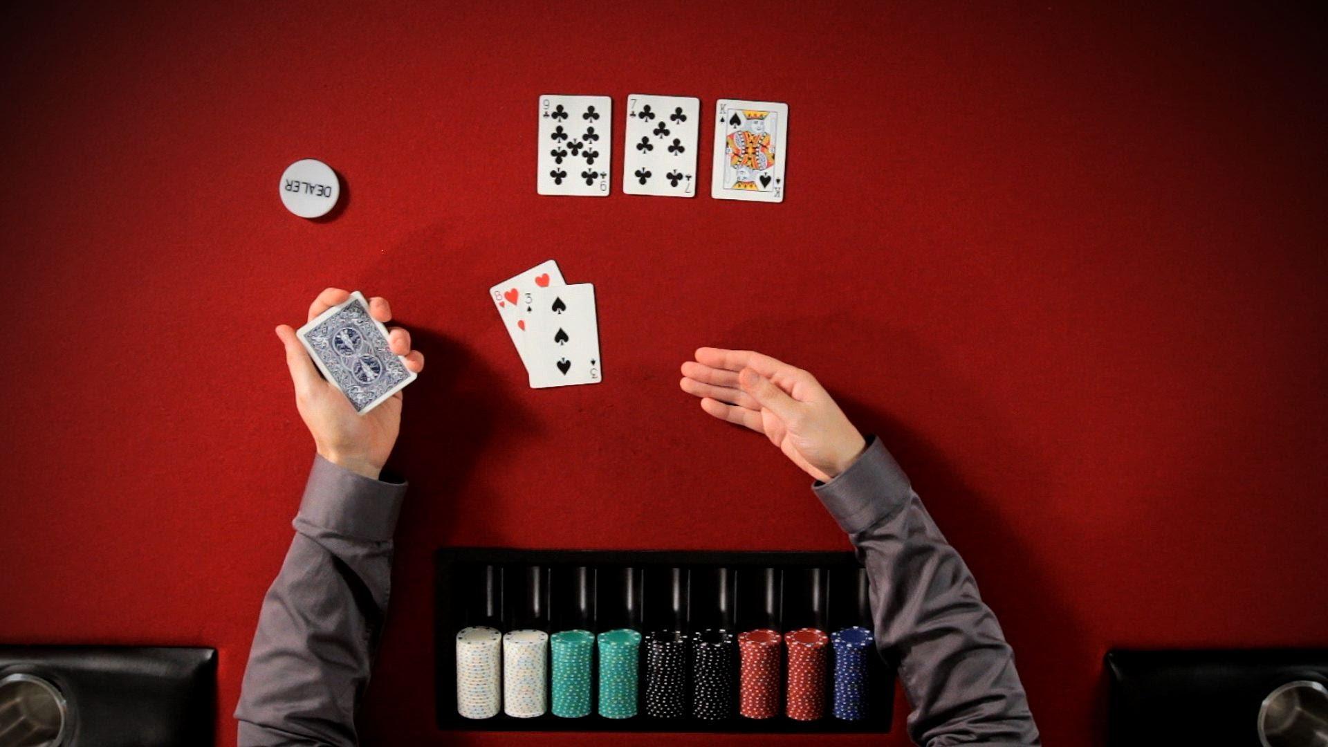 Pokerspieler mit Karten und Chips beim Spielen