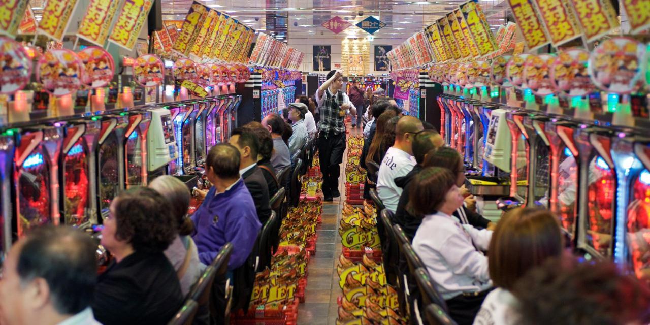 Japaner spielen in einer Spielhalle Pachinko