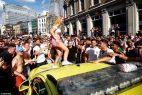 Feiernde Menschen in England steigen auf Autos