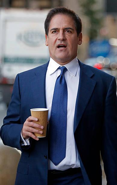 Mark Cuban im Anzug mit Kaffee in der Hand