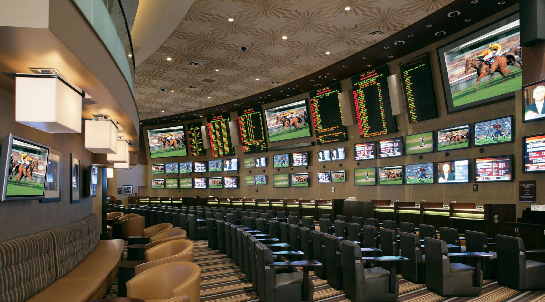 Saal für Sportwetten mit vielen Bildschirmen