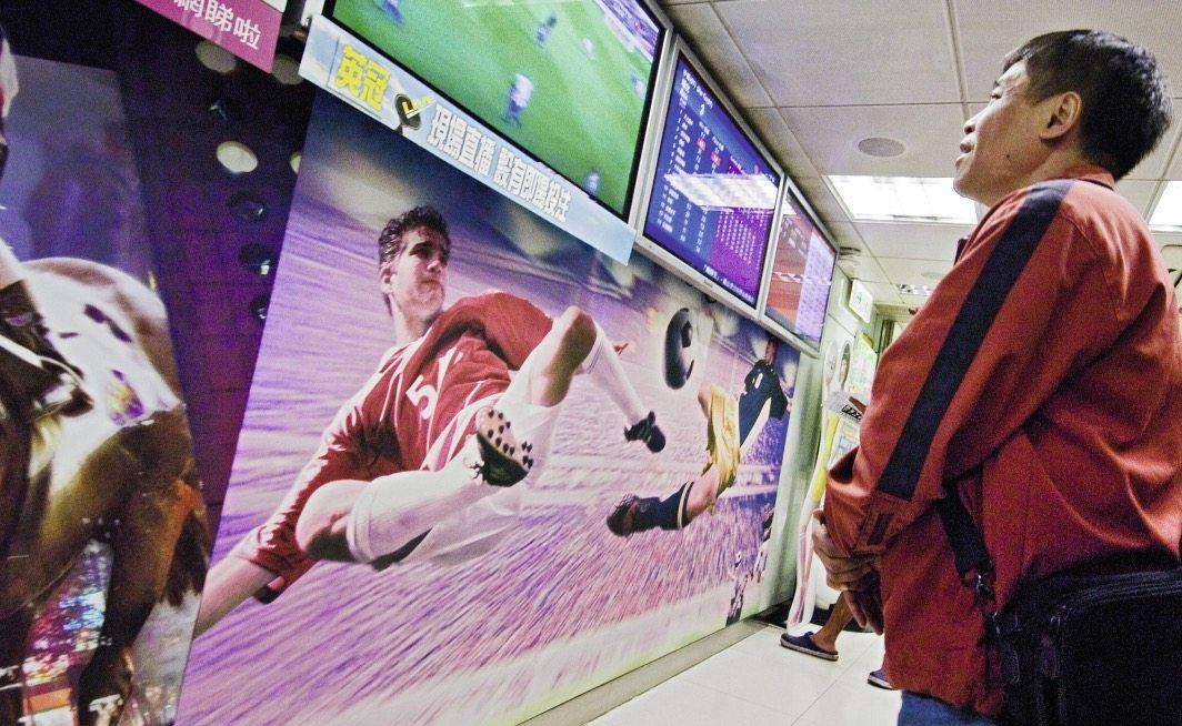 Asiatischer Mann schaut Fußball
