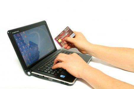 Mit Kreditkarte vor Laptop