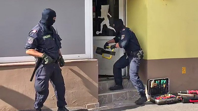 Polizisten stürmen Spielstätte
