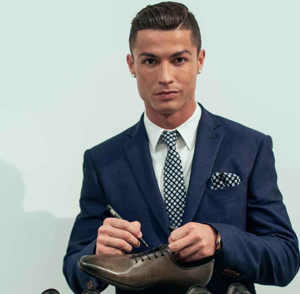 Christiano Ronaldo unterschreibt auf Schuh