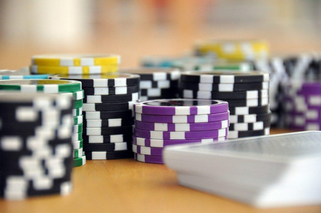 Pokerchips und Karten