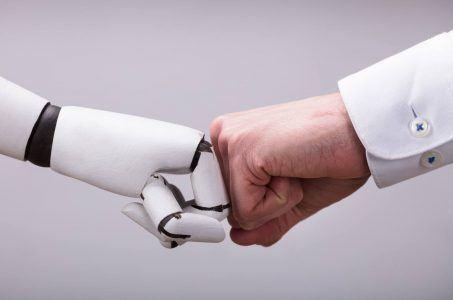 Roboter und menschliche Hand
