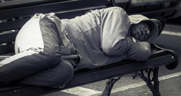 Obdachloser auf Parkbank