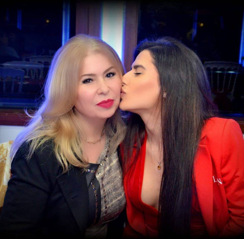 Melika Razavi und ihre Mutter