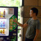 Getränkeautomat, Mann mit Smartphone