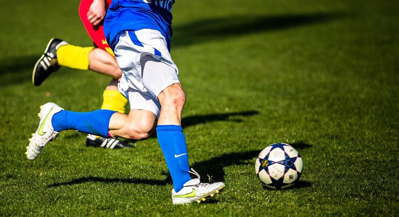Fußballspieler, Ball, Rasen