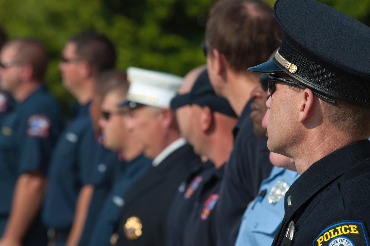 Amerikanische Polizisten in einer Reihe