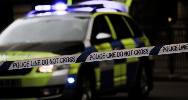 Absperrband police line do no cross vor britischem Polizeiauto