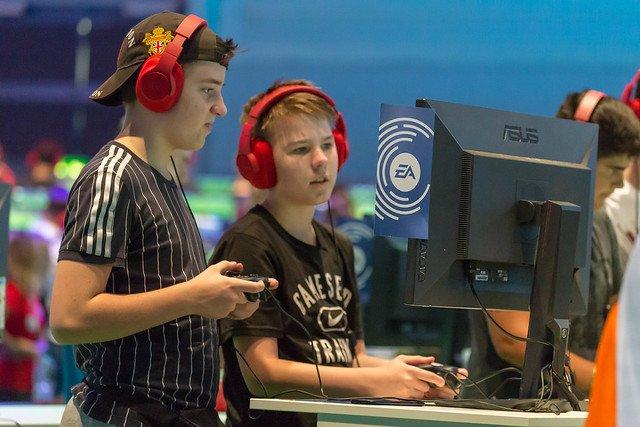 Zwei junge Gamer Spielen FIFA auf Messe