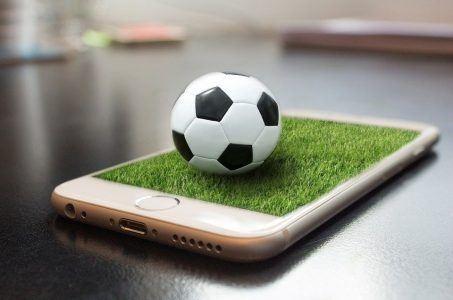 Fußball liegt auf Handy