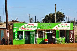Safaricom Werbung am Strassenrand in Kenia