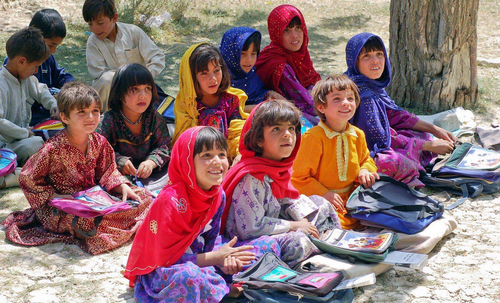 Auf dem Boden sitzende Kinder werden unterrichtet