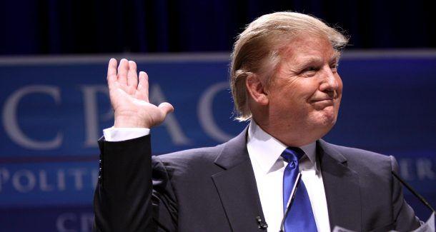 Donald Trump winkt