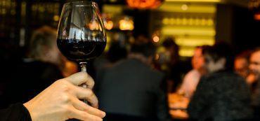 Glas Wein, Hand