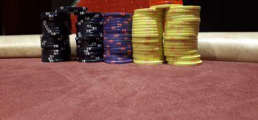 Casinochips, Spieltisch, Stuhllehne