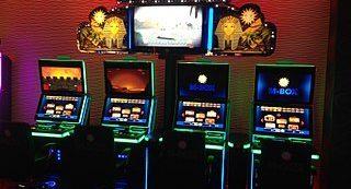 Vier Spielautomaten in einer Spielhalle