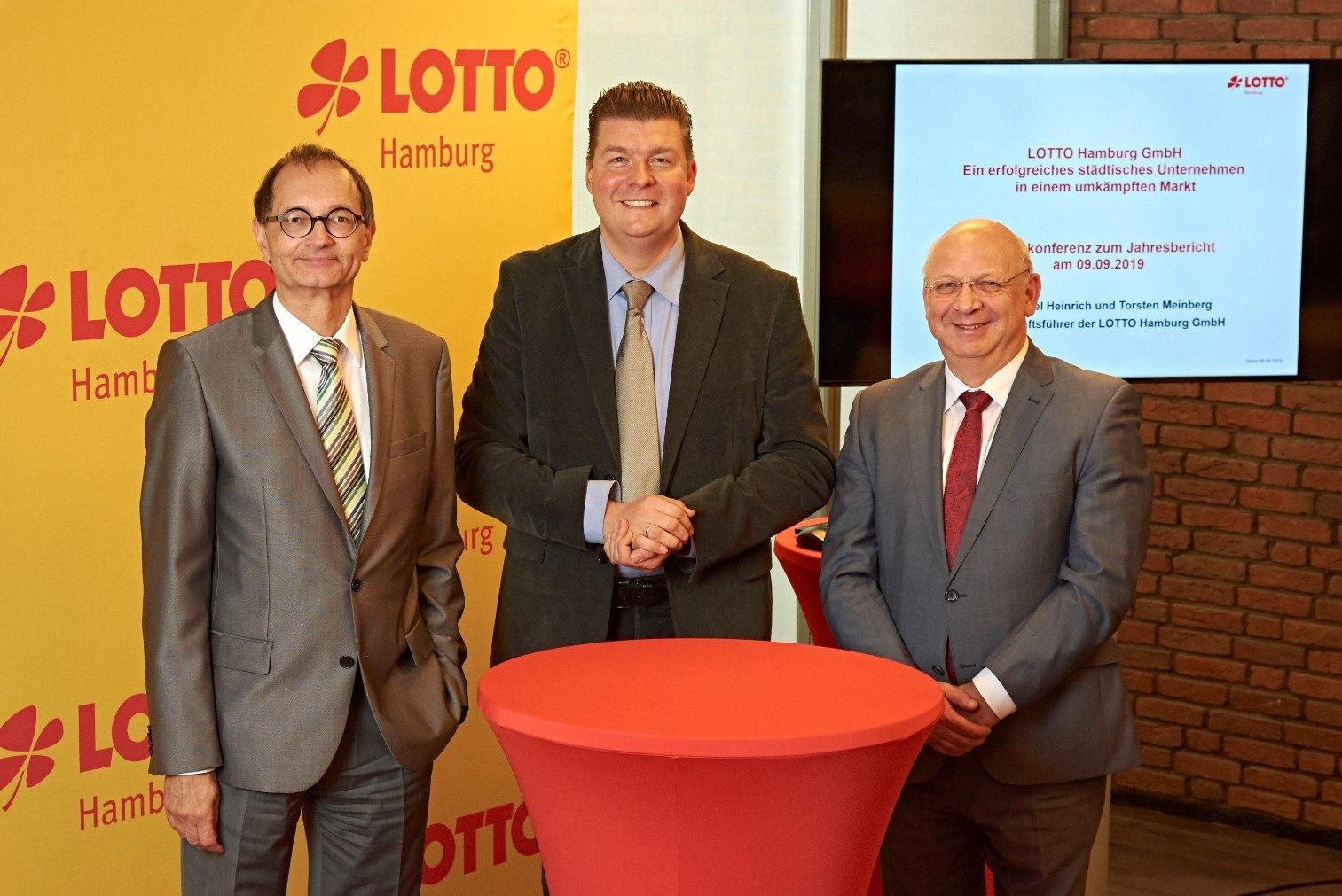 Lotto Hamburg Geschäftsführer Heinrich (l.) und Meinberg (r.) mit Finanzsenator Dressel (m.)