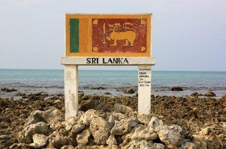 Schild mit Aufschrift Sri Lanka am Meer