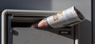 Briefkasten mit Zeitung