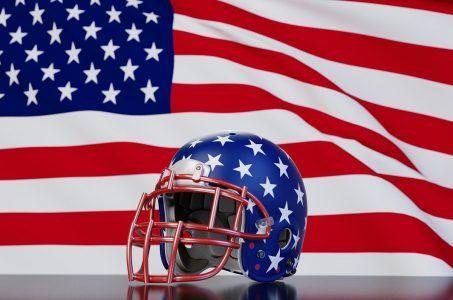 Football-Helm vor einer US-Flagge