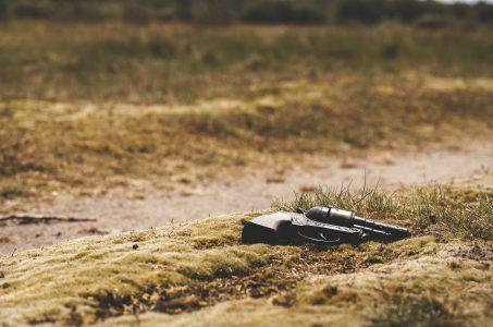 Schusswaffe liegt auf der Erde