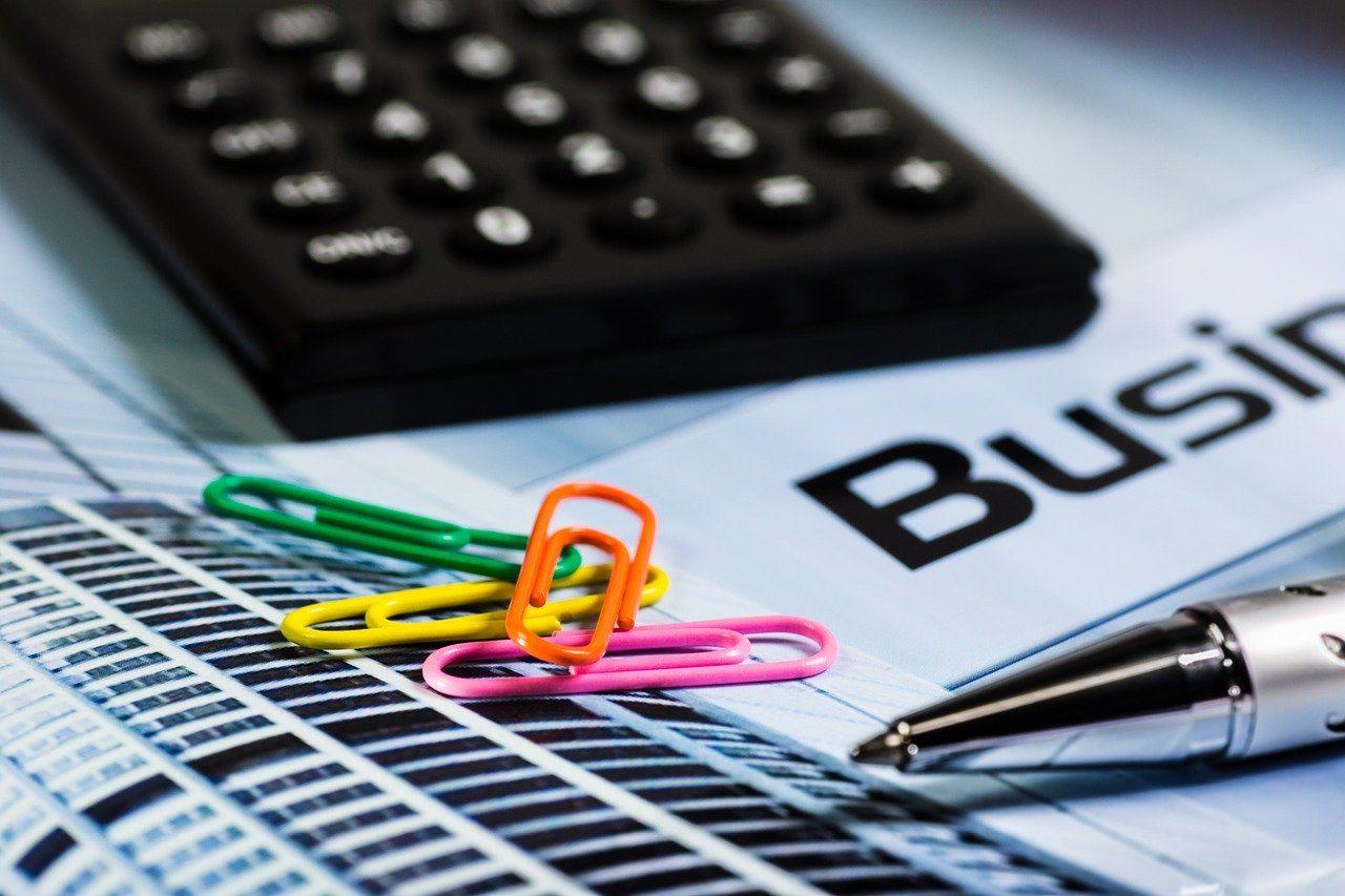 Büroklammern, Taschenrechner, Stift