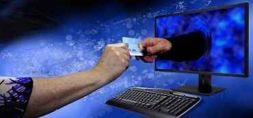 Hände, Kreditkarte, Monitor