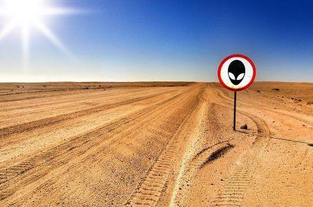Wüste, Himmel, Schild mit Alien