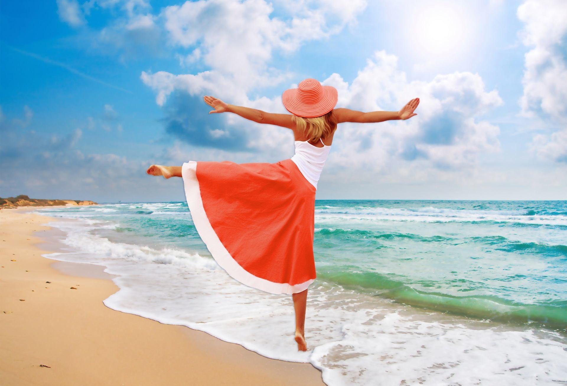 Glückliche Frau am Sandstrand