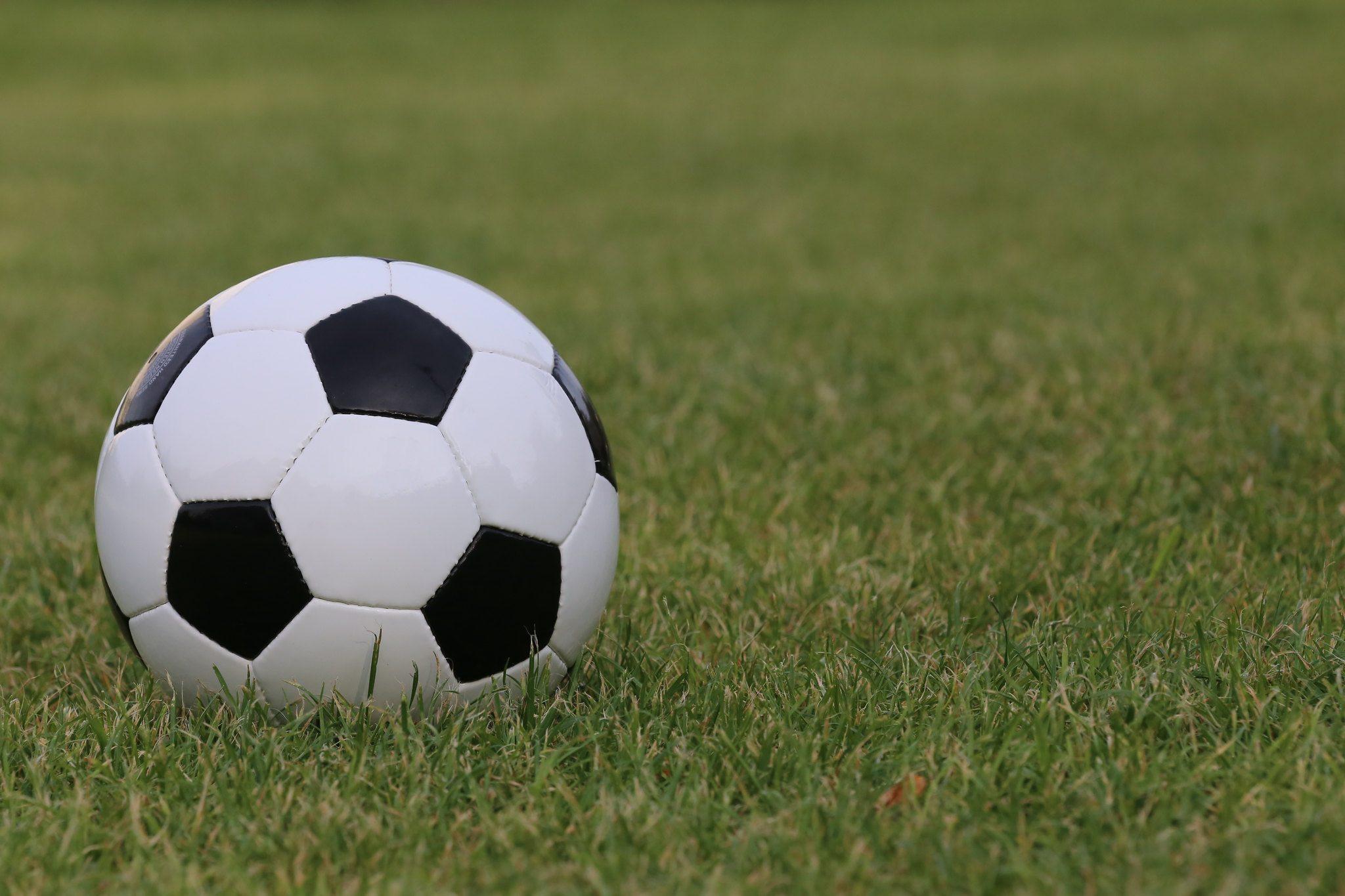Fußball liegt auf Rasen