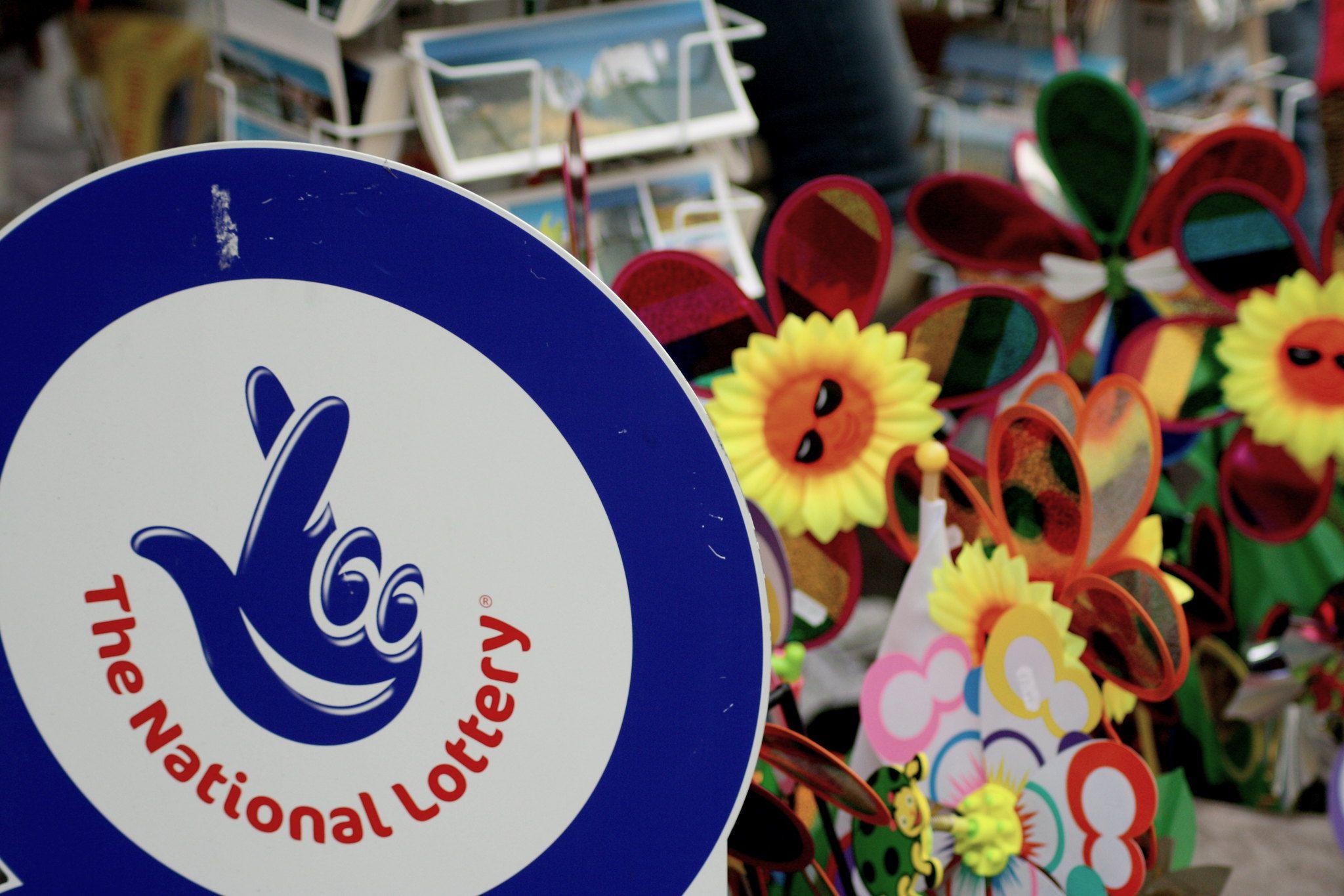 The National Lottery, Schild der National Lottery, britische Lotterie