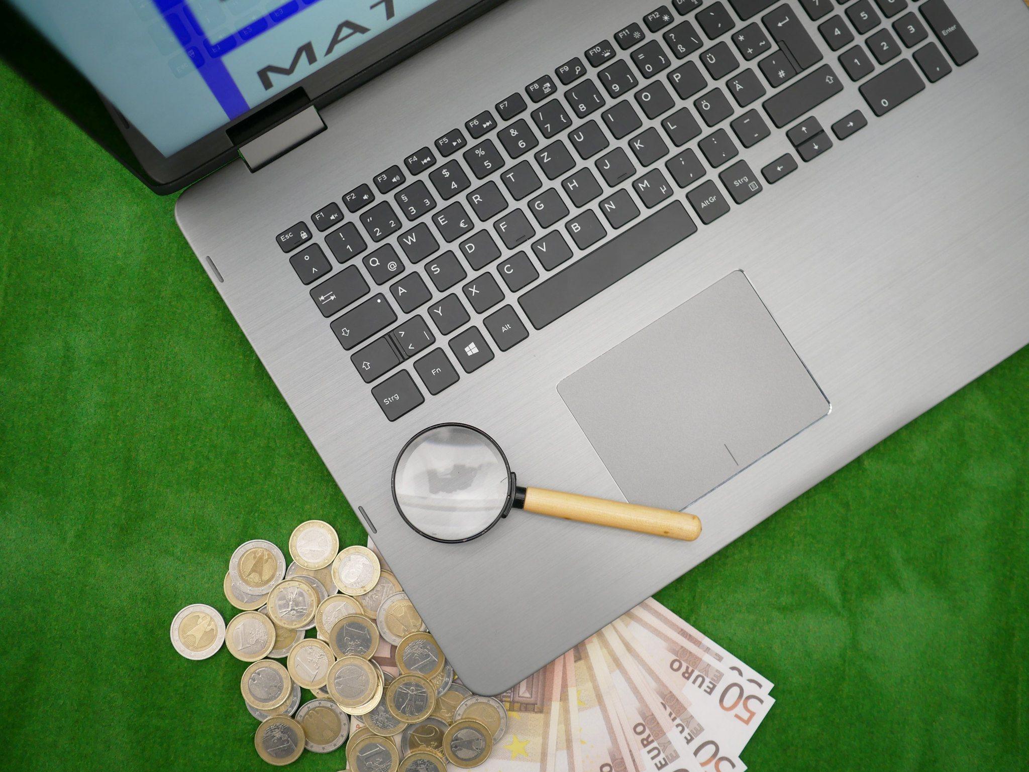 Laptop, Geld, Lupe